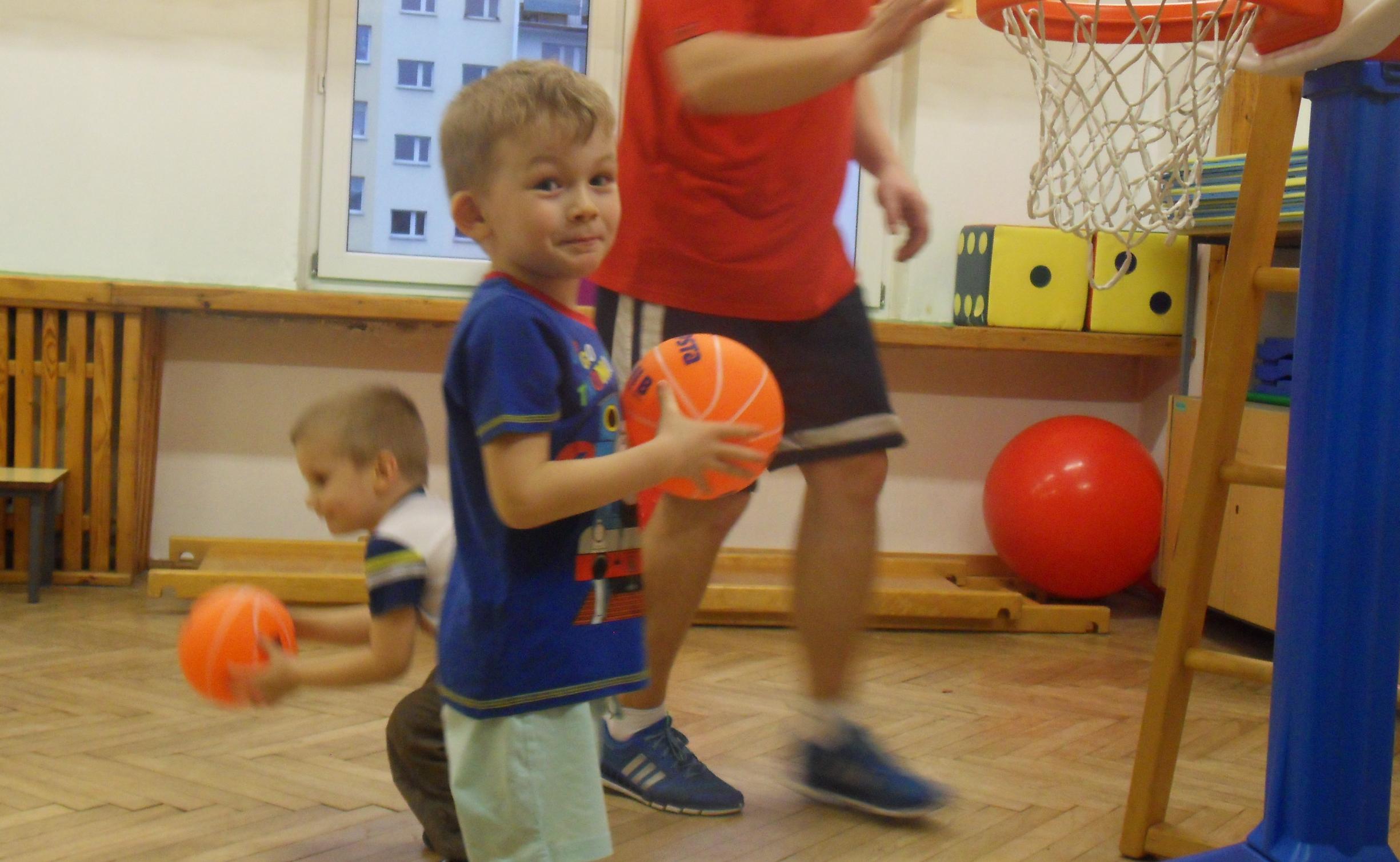 Najmłodsze dzieciaki z PM 55 też bawią się koszykówką :)